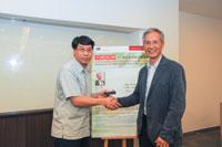 Dr. Fan Ka-wai present souvenir to Prof. Kwan Tze-wan