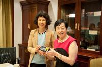 Professor Stella Pang present souvenir to Prof. Ching-chih Chen
