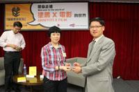 Professor Zhu Guobin present souvenir to Dr Louisa Wei Shiyu