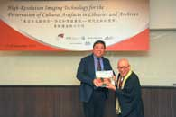 Prof. Steve Ching Present Souvenirs to Mr. Chijo Onishi