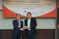 Prof. Steve Ching Present Souvenirs to Mr. Naoharu Usami