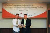 Prof. Steve Ching Present Souvenirs to Dr. Min Kim