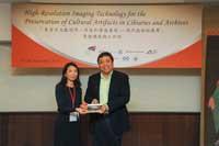 Prof. Steve Ching Present Souvenirs to Ms. Chizu Hoshiai
