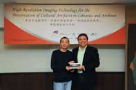 Prof. Steve Ching Present Souvenirs to Mr. HUANG Chen