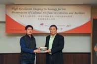Prof. Steve Ching Present Souvenirs to Mr. Peng Wang